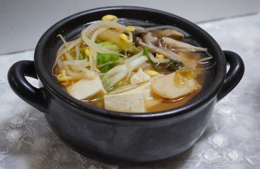표고버섯 가루로 맛을 낸 김치콩나물국